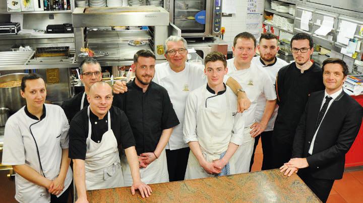 Une partie de l'équipe de La Matelote, dont les cogérants Tony Lestienne (au centre derrière) et son fils Stellio (à droite). © A. Thiriet