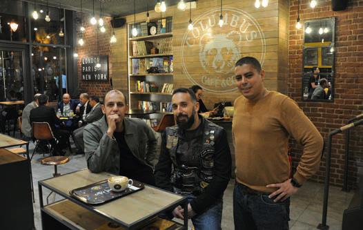 Hicham Rih (au centre), avec son associé et second master-franchisé Marouane Ghanimi (à gauche),  et le directeur de l'établissement. © A. Thiriet