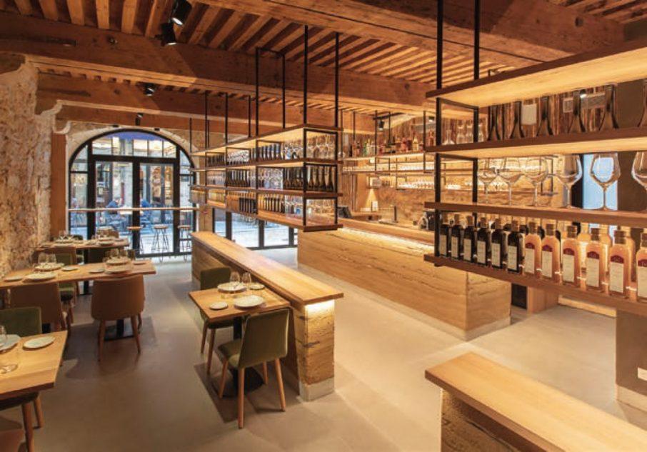 Le bois, le métal et les pierres apparentes s'imposent dans ce décor moderne et soigné. DR
