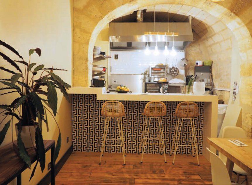 La cuisine comptoir permet à Élodie de garder un œil sur la salle, et aux clients d'apercevoir le travail de production. © M. Buland