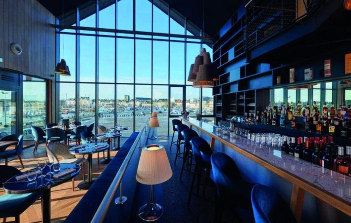 C'est dans un ancien bâtiment de stockage du port que s'est installée cette brasserie de 400 m², avec vue imprenable. © Le Chantier