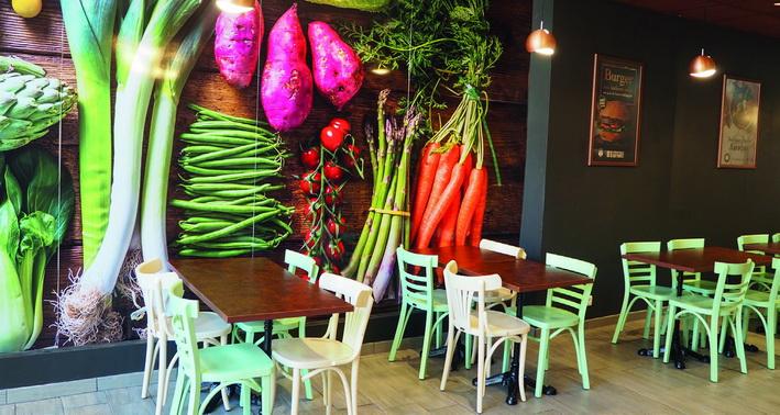 Ambiance grange rustique… et végétaux géants aux murs. © M. Buland