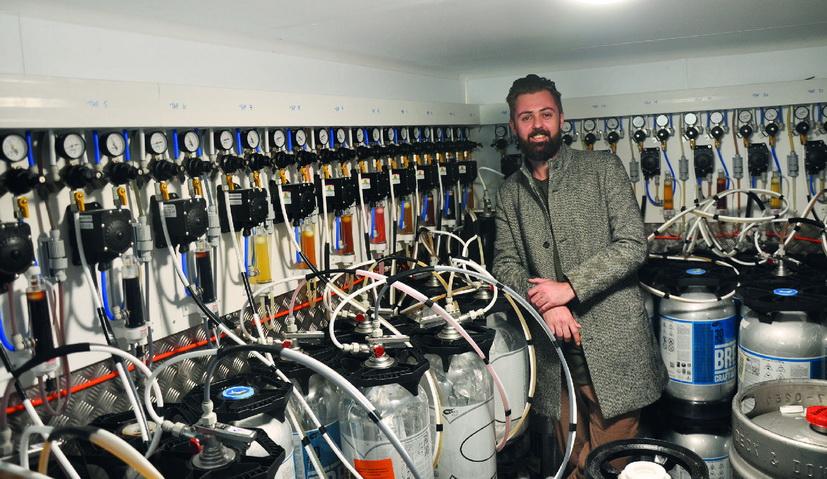 Thomas Texier, directeur du 1er BrewDog de France, dans les coulisses des tireuses à bières pression. ©A. Thiriet