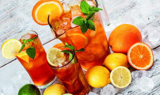 Les thés glacés et les eaux aromatisées aux fruits sont clairement à l'honneur. Faits maison ou industriels ? À vous de choisir ! ©Shutterstock