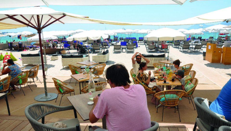 Vegaluna est une plage privée de Cannes récemment rénovée qui se démarque par la qualité de son offre de restauration. Photos ©A. Thiriet