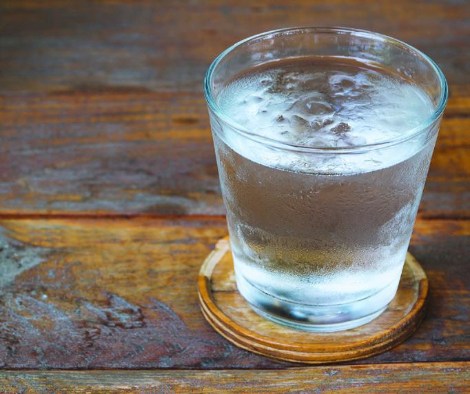 En France, si la carafe d'eau doit être servie gratuitement avec un repas, le professionnel peut refuser de servir un verre d'eau gratuit hors repas, avec un simple café par exemple. © Shutterstock