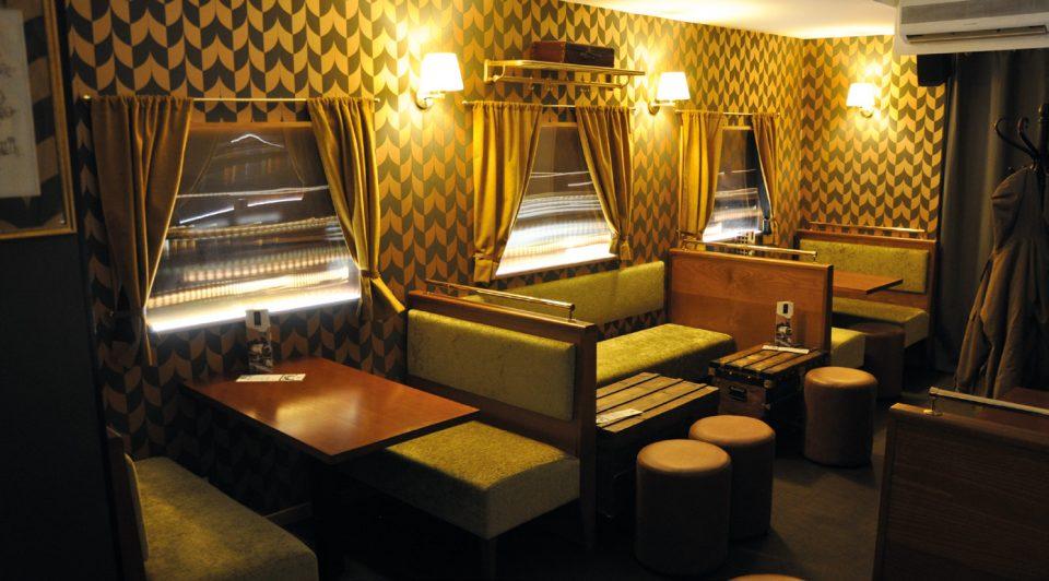 La porte conservée de l'ancien bar à hôtesses apporte un côté speakeasy. À l'intérieur, l'illusion d'être dans un wagon d'autrefois est réussie. Photos © A. Thiriet