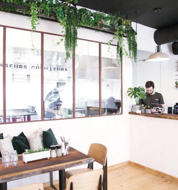 Une grande baie vitrée permet aux clients de voir l'activité en cuisine. Photos © N. Giraud