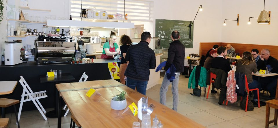 Chez Taybé, c'est vente au comptoir à midi, et service à table le soir. Photos © C. Reynaud