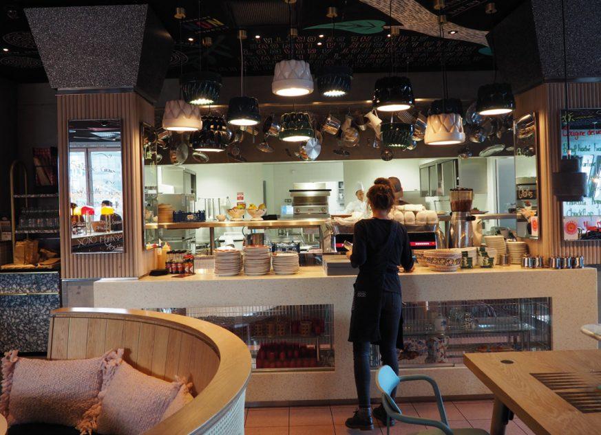 Mama Shelter souhaitait une cuisine ouverte sur la salle et organisée autour d'un grand piano central. Photos ©A. Lamy