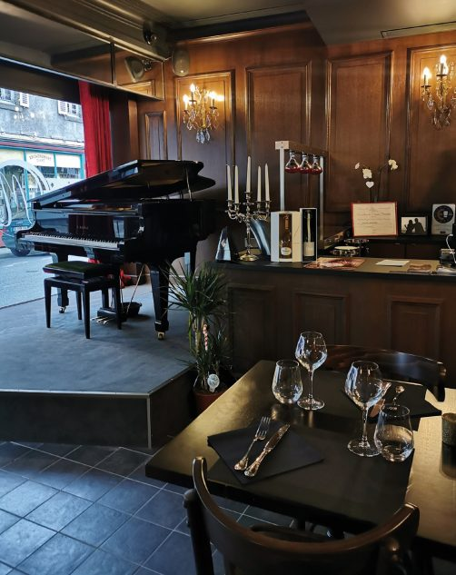 Un piano à queue trône dans l'établissement... et en vitrine. Photos © M. Jarlier