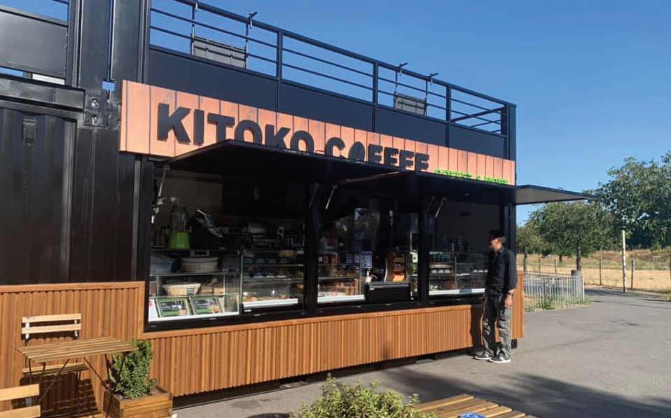 Kitoko, c'est un original concept mêlant coffee shop et fast casual, installé dans un container à étage. DR