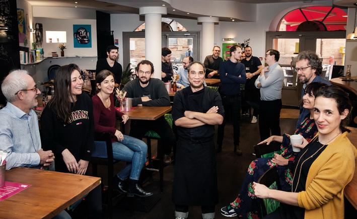 Une partie des 28 associés de la société coopérative Lune Bleue, qui a sollicité L'Atelier du Cocktail pour créer ce bar atypique. Photo DR